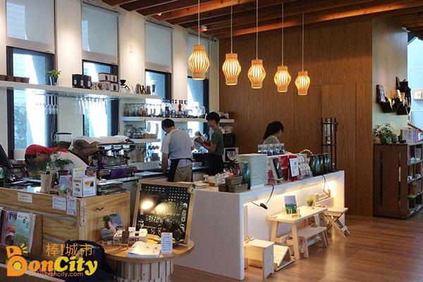 《輕食複合式咖啡店》遠離塵囂的慢活空間/羅布森咖啡書蟲房